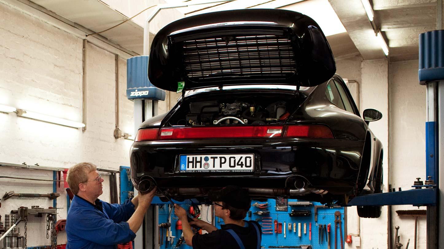 Ein Porsche 993 Turbo auf der Hebebühne